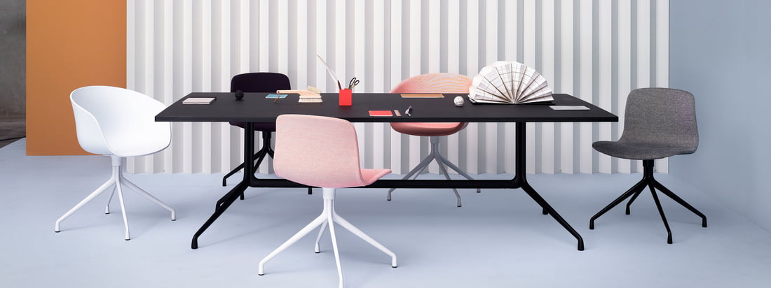 Les innombrables combinaisons de la série About A Table avec les chaises associées de Hay permettent des combinaisons individuelles qui ne semblent jamais aléatoires ou combinées, que ce soit avec des tables à manger, des tables de bar ou des tables de bistrot.