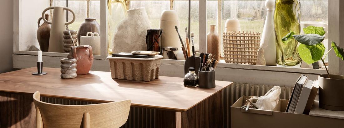 Avec sa collection Office, ferm Living veut donner un nouvel élan au travail quotidien. Des étagères en chêne fumé aux couleurs subtiles aux porte-stylos en laiton poli et aux plateaux en métal perforé revêtu de poudre.