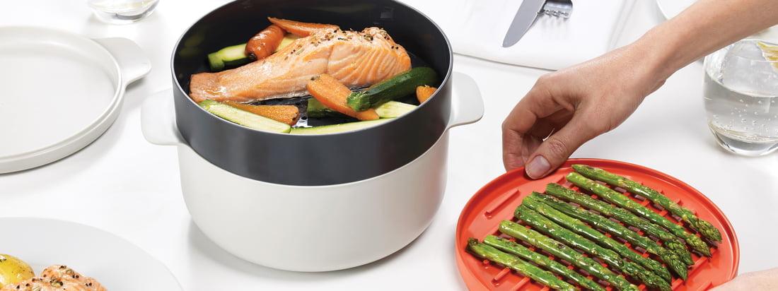 La collection M-Cuisine de Joseph Joseph contient un cuiseur de pâtes et de riz, une pocheuse à œuf, une enveloppe et une assiette Cool-Touch, un bol pour omelette et un kit de cuisson à 4pièces.