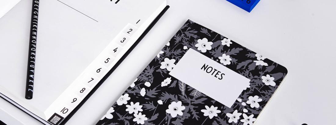 L'AJ Vintage Flowers Notebook, les notebooks AJ Personal A-Z, le AJ Royal Vintage Travel Journal et de nombreux autres accessoires de bureau de Design Letters offrent beaucoup d'espace et papier pour vos idées et vos notes