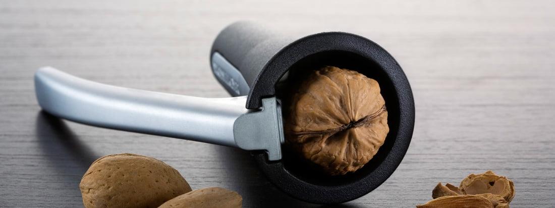 Le fabricant suédois Drosselmeyer produit des objets du quotidien utiles tels que casse-noisette. Avec le casse-noix noir, de haute qualité, les noix se laissent parfaitement fissurée.