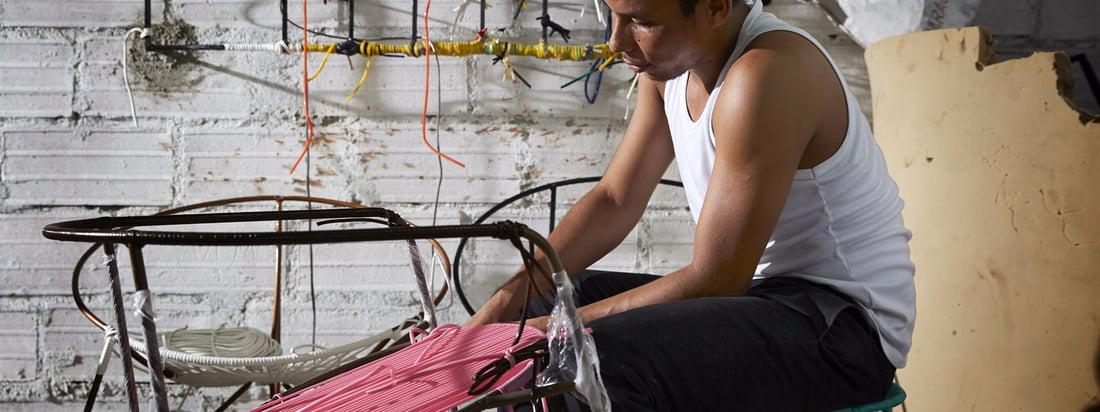La marque design produit notamment des meubles pour l'extérieur. Les chaises Lounge et Dining de la collection Caribe sont composées d'un piètement en acier, sur lequel s'entrecroisent des cordons en plastique.