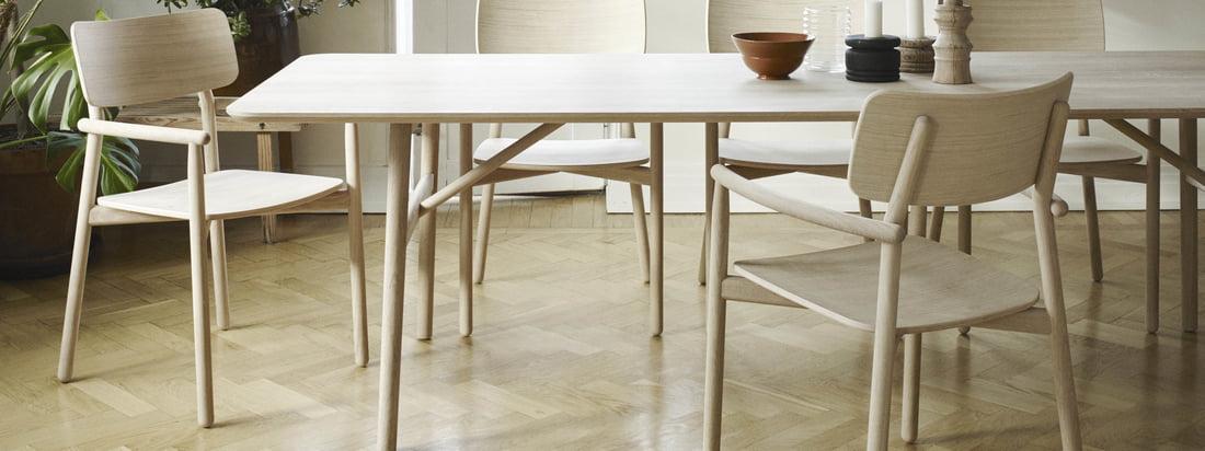 La table à manger Hven 94 × 260 cm avec le fauteuil Hven de Skagerak dans la vue d'ambiance. La collection est l'œuvre du designer suédois Anton Björsing.