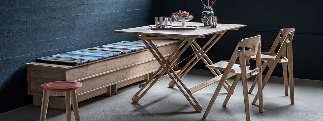 Image d'ambiance de la table pliante Field de We Do Wood. Elle est particulièrement adaptée à ceux qui ont peu d'espace dans l'appartement ou dans la maison parce que la table peut être démontée en quelques instants.