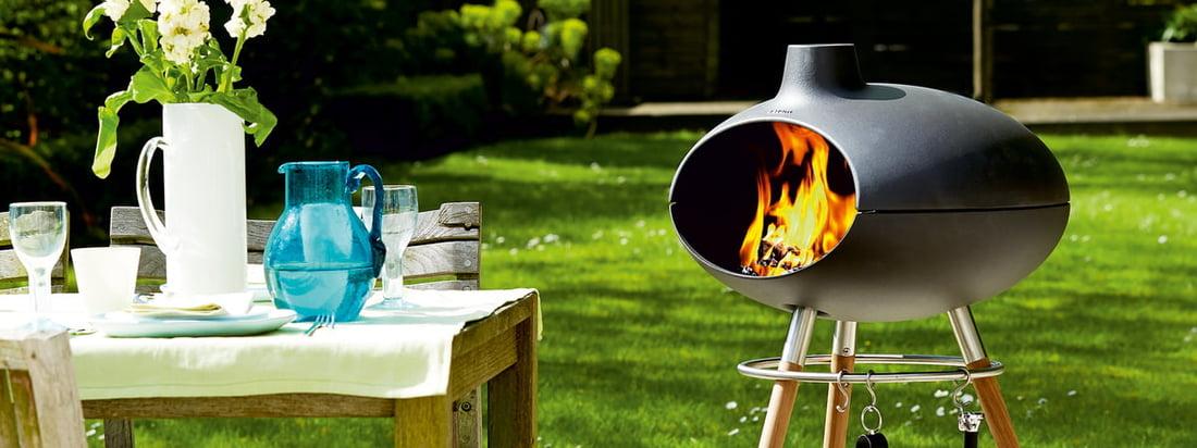 Forno II de Morsø est un barbecue et un four qui attire tous les regards sur la terrasse, avec l'association de la fonte et des pieds en bois.