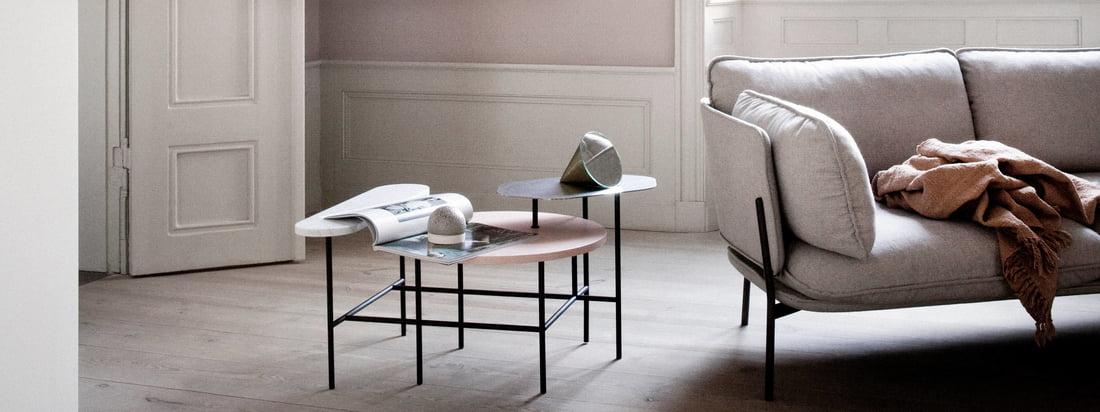 La Copenhague SC14 par &Tradition fait bonne figure, placée à côté du canapé Nuage dans le salon. La table d'appoint Palette JH7 par &Tradition complète idéalement la lampe et le canapé.