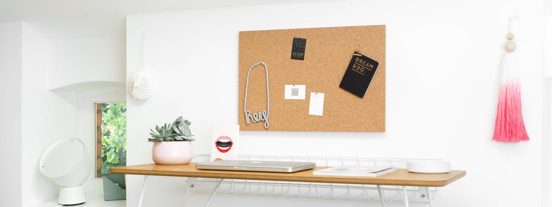 Tableau d'informations avec accessoires de Design Letters: Grâce à la fixation, aux icônes et aux lettres, le tableau d'affichage peut être personnalisé et complété.