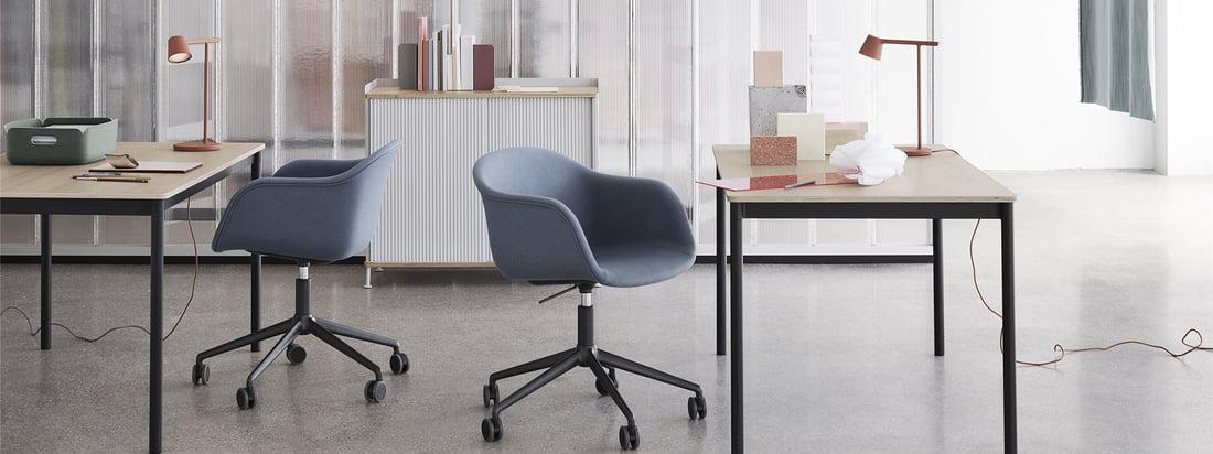 Fauteuil Fibre Fauteuil pivotant avec roulettes par Muuto dans la vue d'ambiance. La chaise est parfaite pour le bureau grâce à ses coques d'assise et ses roulettes confortables.