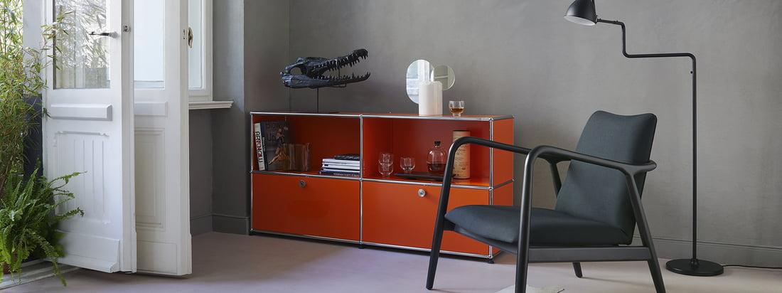 USM Haller - Gamme du fabricant - salon - Sideboard M - orange - fauteuil - lampadaire - livres - verres - portes blanches - plantes - ambiance