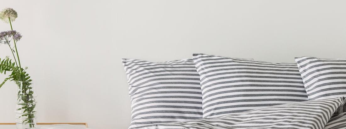 Mit dem Tasaraita Deckenbezug von Designerin Annika Rimala für Marimekko in Grau und Weiß hält das weltbekannte Streifenmuster von 1968 Einzug im Schlafzimmer.