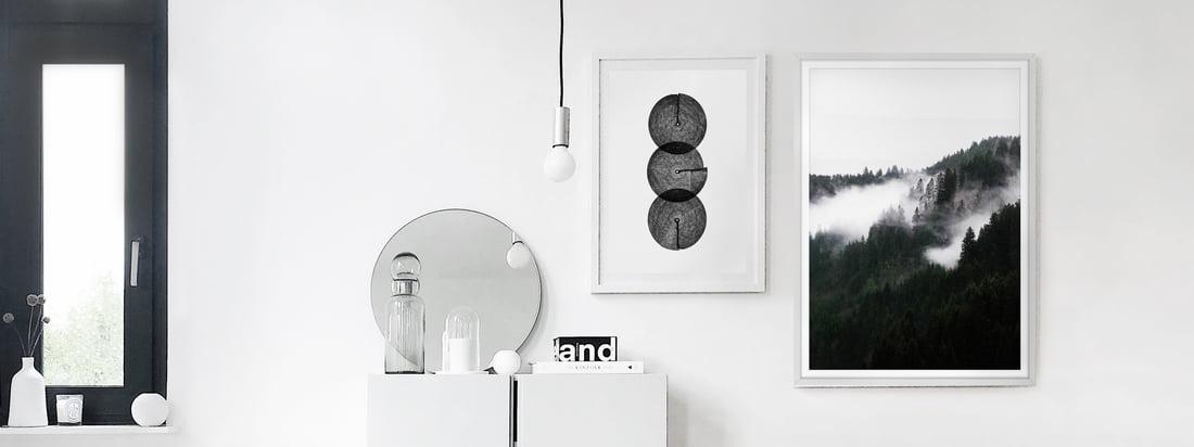 Les affiches en noir et blanc, Winter Wonderland et Circles d'artvoll, comme une galerie de photos dans l'appartement du blogueur d'intérieur Alexander Pahr.