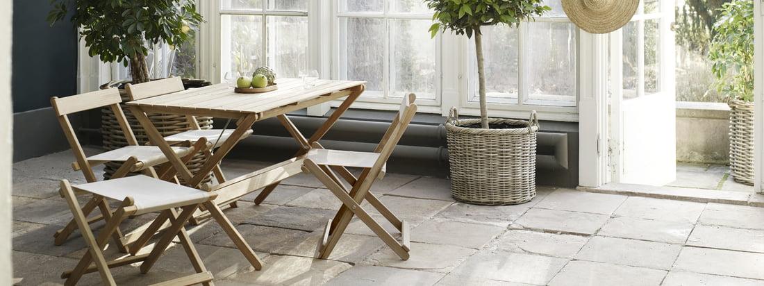 Le mobilier d'extérieur est particulièrement adapté au jardin d'hiver. Les meubles de jardin en teck non traité sont conçus par Børge Mogensen.