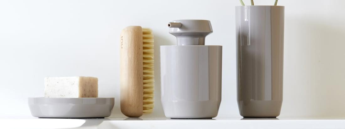 Le porte-savon, le distributeur de savon et le gobelet à brosses à dents Suii de Zone Denmark en taupe reçoivent une touche particulièrement chaleureuse grâce à leur teinte terreuse.
