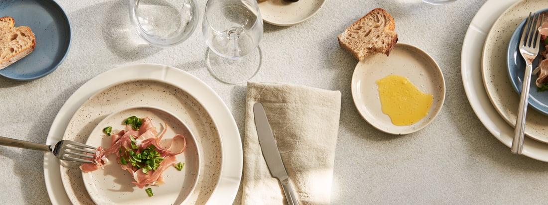 Représentation artistique des assiettes Grand Cru Sense de Rosendahl. L'assiette Grand Cru Sense de Rosendahl allie fonctionnalité et esthétique dans un seul et même design.