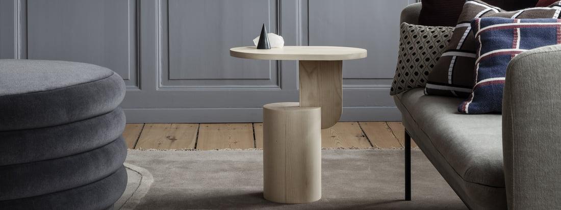 Représentation individuelle des coussins Salon, des vases Muses et de la table d'appoint Insert de ferm Living. Les coussins, les vases et une table d'appoint se complètent de manière décorative.
