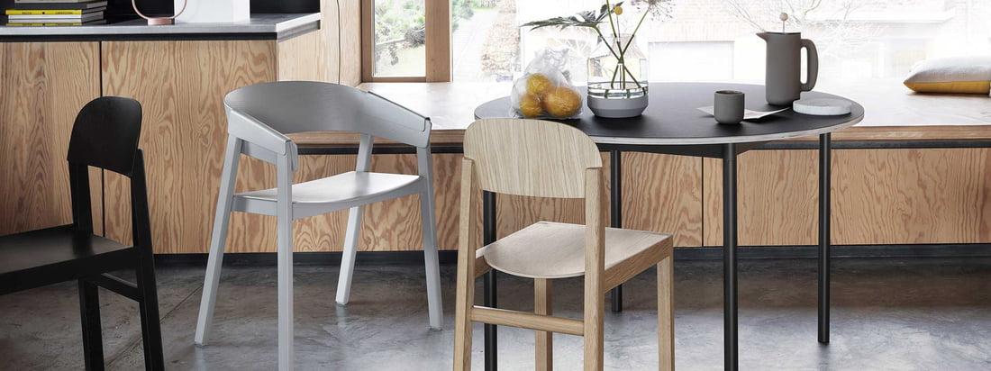 La chaise Muuto Cover en bois avec une table noire et une chaise grise pour la tendance Japandi.