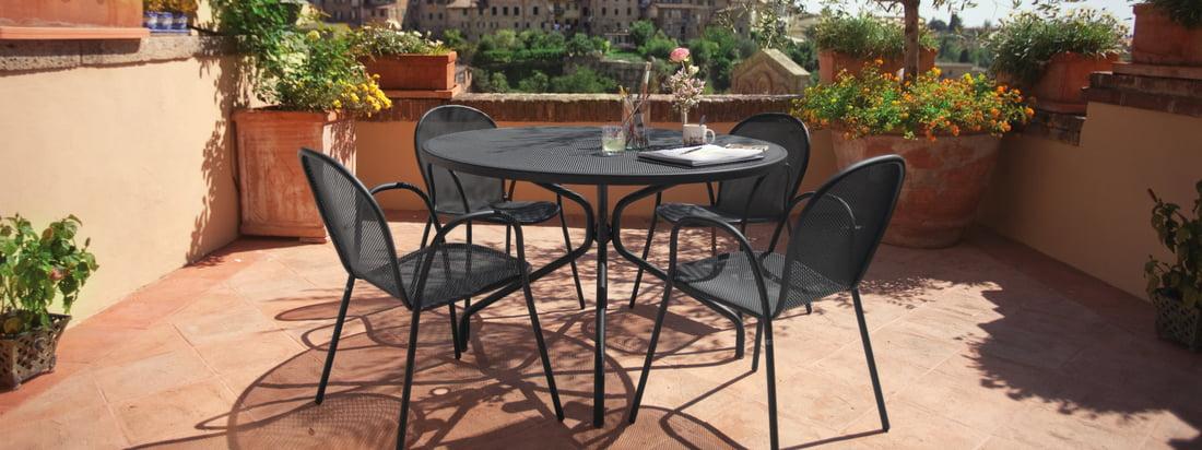 Le fauteuil Ronda d'Emu est particulièrement harmonieux en combinaison avec la table Cambi, également conçue par Ciabatti dans le même style.