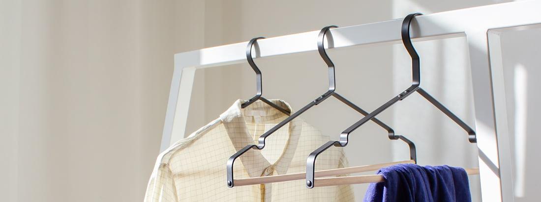 Les cintres Connox en noir avec barre en bois ne sont pas seulement adaptés à l'armoire moderne Loop de Hay. Pantalons, blouses et vestes peuvent être accrochés de façon décorative sur l'élégant cintre.