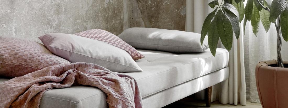 Air Daybed, bruine de Broste Copenhagen dans la vue d'ambiance. Le lit de jour est parfait pour dormir, mais il peut aussi être utilisé pour se reposer pendant la journée.
