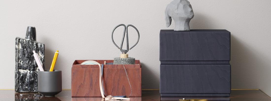 Les boîtes de rangement d'applicata sur le bureau. Des ustensiles pratiques tels que des ciseaux ou du fil peuvent être rangés en toute sécurité et discrétion dans les boîtes.