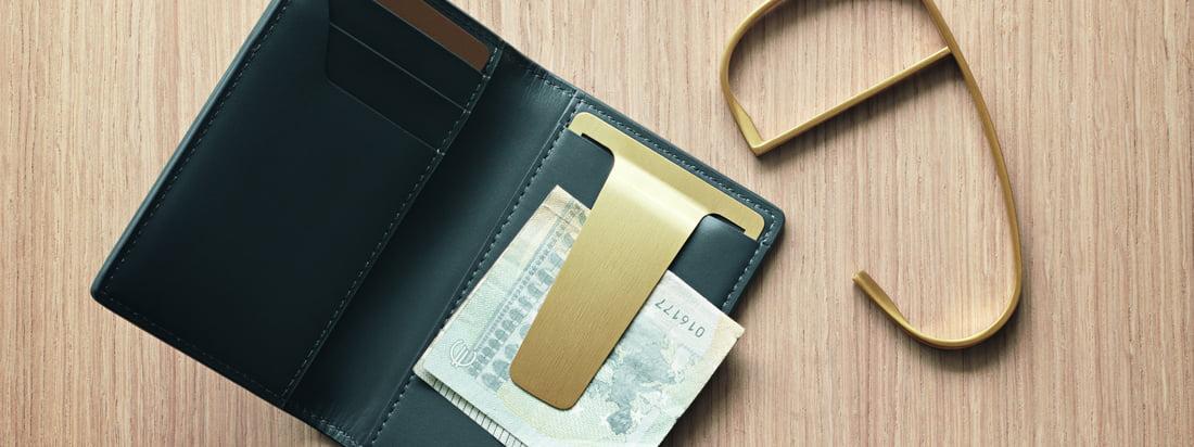 Le portefeuille Georg Jensen Shades fait partie de la série Shades d'Helena Rohner. Cet accessoire unisexe pour un usage quotidien est fabriqué en cuir de haute qualité et comporte une agrafe en acier inoxydable recouverte de PVD doré.