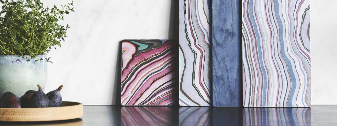 Un hommage à la planche à tapas en bois par applicata dans la vue de l'ambiance. Les planches colorées attirent le regard sur un buffet de la salle à manger ou de la cuisine.
