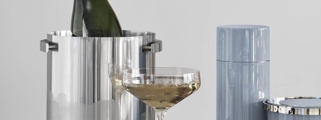 Le refroidisseur de champagne, le shaker à cocktail, la pince à glace et le seau à glace isolé appartiennent à la ligne Cylinda d'Arne Jakobsen pour Stelton et rendent chaque bar plus noble.