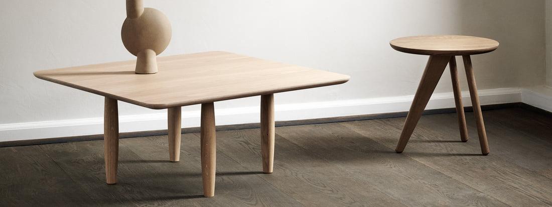 La table basse Oku et la table latérale Fin de Norr11 dans la vue d'ambiance. Les petites tables sont en bois de chêne robuste et intemporel.