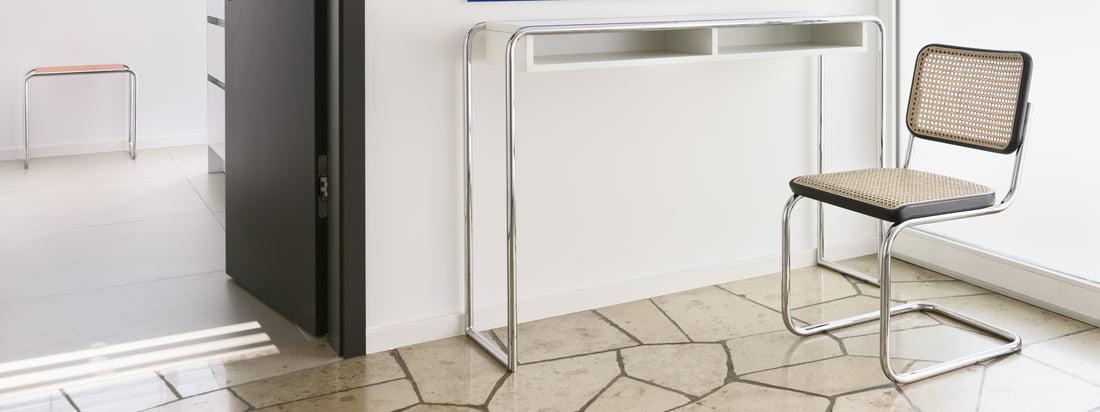 Grâce à sa réduction esthétique et à sa clarté, le S 32 s'intègre dans de nombreux espaces privés et publics et fait particulièrement bonne figure à côté de la table console B 108 de Thonet.
