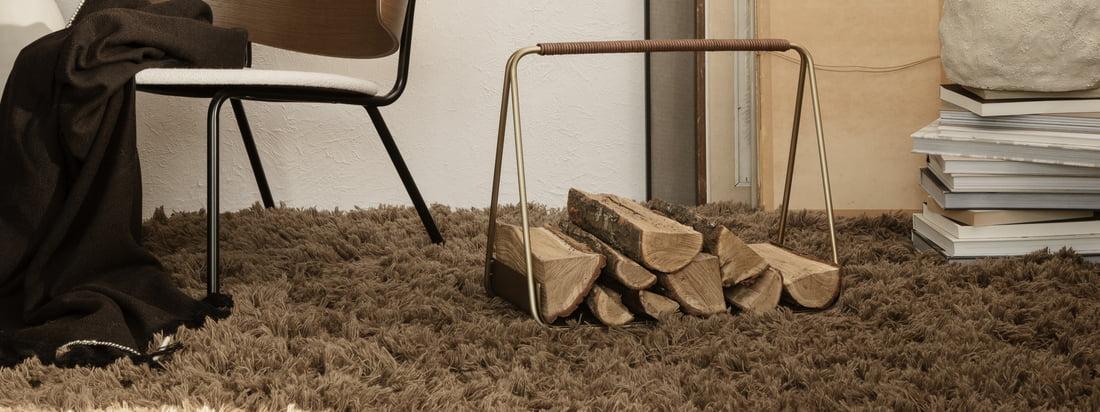 Tapis à poils hauts Meadow de ferm Living dans la vue d'ambiance. Le tapis design duveteux en beige foncé donne au salon chaleur et forme.