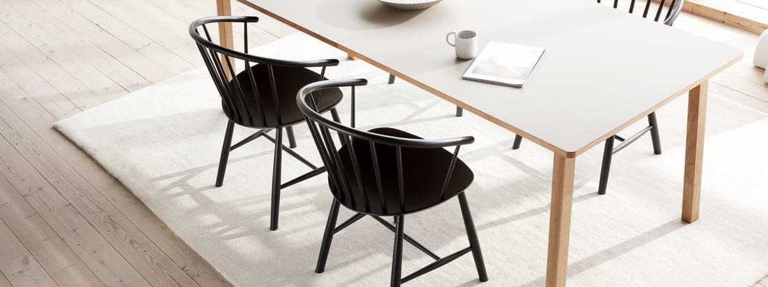 La chaise J64 de Fredericia, conçue par Ejvind A. Johansson, est un mélange d'éléments classiques de Windsor et de style scandinave.