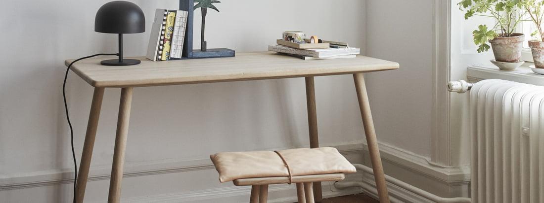 Le bureau Georg (quatre pieds) de Skagerak en chêne dans la vue d'ambiance. Compacte et de conception simple, la table s'intègre parfaitement à toute ambiance.