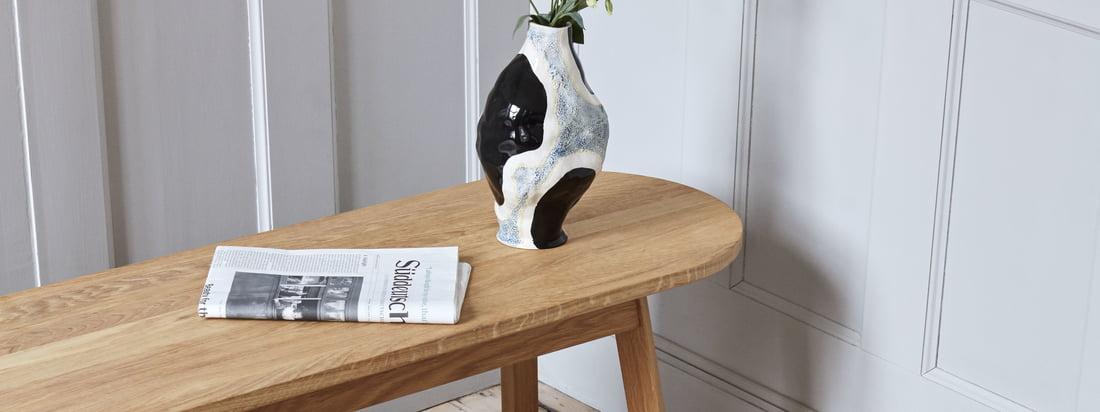 Le banc Triangle Leg de Hay inspire par son design unique, sa fabrication en bois de chêne massif et ses possibilités d'application flexibles.
