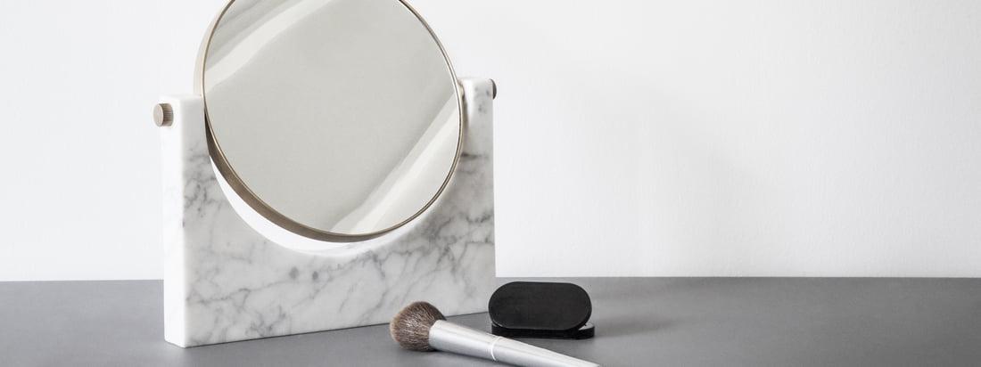 Image d'ambiance du miroir en marbre Pepe par Menu. Le miroir se présente sous une forme intemporelle et convient parfaitement comme miroir de maquillage dans la salle de bains.