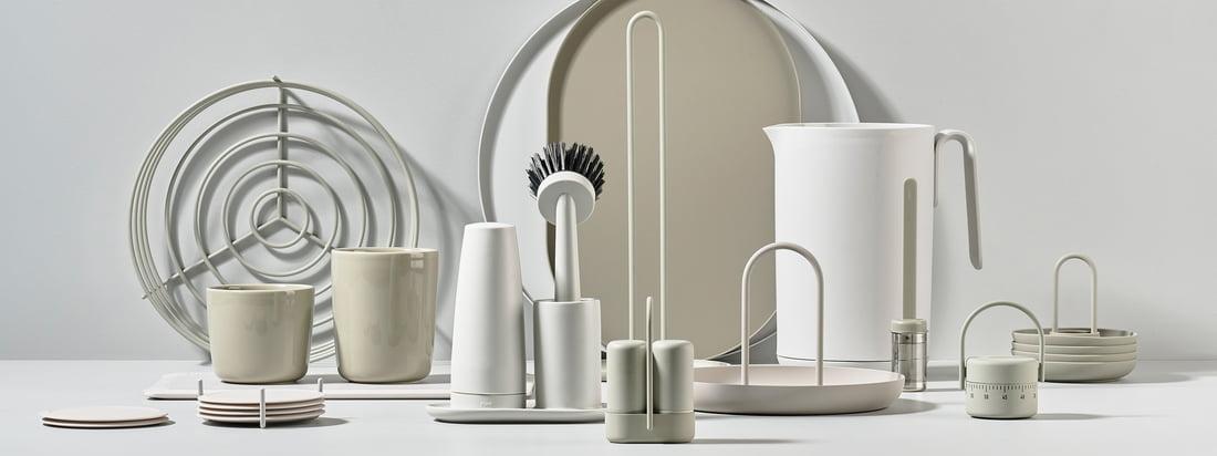 La collection Singles de Zone Denmark comprend de nombreux gadgets de cuisine tels que des bouilloires, des plateaux, des salières et poivrières ou des porte-rouleaux de cuisine. Tous les produits ont été conçus en collaboration avec l'équipe de designers danois VE2.
