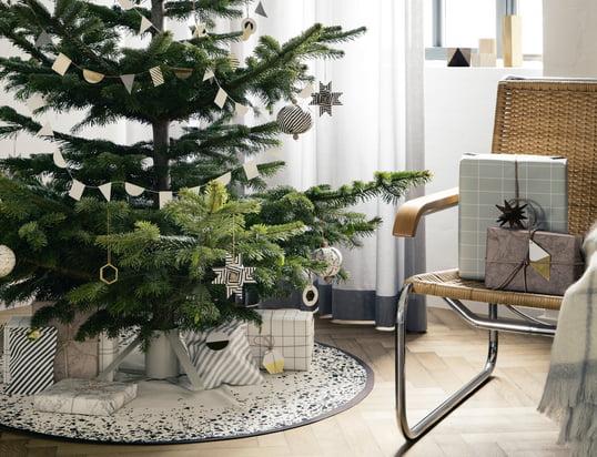 Avec les ornements en laiton, le pied de sapin et le tapis Christmas Tree de ferm Living sur lequel on dépose le sapin de Noël, la période de Noël peut commencer.