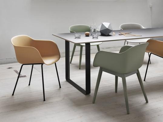 La chaise design fait de polypropylène et de bois - ou une structure en aluminium qui séduit par sa forme plus familière et son matériau nouveau. La fibre chaise est idéale pour la salle à manger, le bureau ou la salle de conférence.