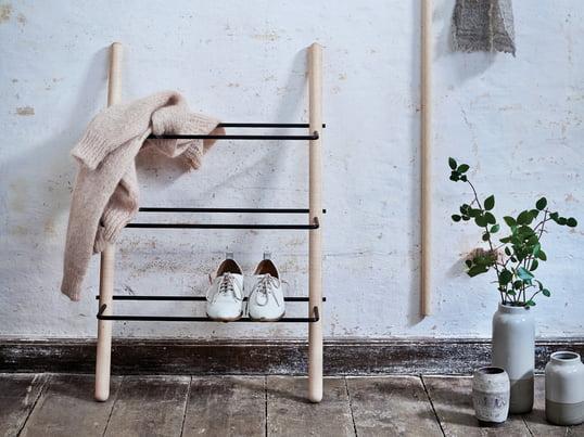 L'étagère à chaussures Stick de Norrmade en frêne huilé/noir est réduite à ses éléments les plus basiques et laisse aux chaussures leur espace.