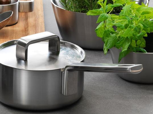 Les ustensiles de cuisine haut-de-gamme de la série Tools d'Iittala comportent une série de poêles et de faitouts qui ne se résument pas uniquement à la possibilité de faire de la bonne cuisine. Leur design attrayant et l'acier inoxydable qui les composent ajoute la touche qu'il faut sur votre table dressée.
