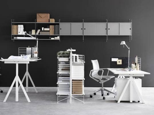 Collection de bureaux réglables en hauteur Works, systèmes d'étagères modulables et autres meubles pour le bureau, créant une atmosphère de travail créative et productive.