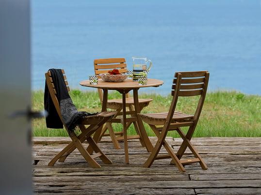 Place à la nostalgie: chaises et table de jardin dans un style traditionnel rustique. Skagerak séduit avec ses meubles de jardin durables et intemporels en bois.