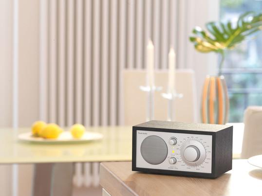 La radio de table en blanc, noir ou en design bois, fascine par sa qualité du ton. Non seulement dans le salon ou la chambre à coucher, la radio trouvera sa place, mais également comme radio dans la cuisine Tivoli est parfait.
