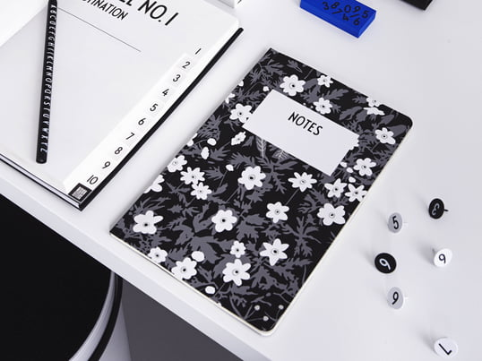 L'AJ Vintage Flowers Notebook, les notebooks AJ Personal A-Z, le AJ Royal Vintage Travel Journal et de nombreux autres accessoires de bureau de Design Letters offrent beaucoup d'espace et papier pour vos idées et vos notes