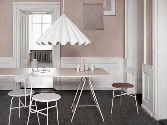 Für die Dancing Pendelleuchte ist das Kopenhagener Büro Iskos-Berlin verantwortlich. Die Designer Boris Berlin und Aleksej Iskos haben die Leuchte dem Kleid einer Tänzerin nachempfunden.