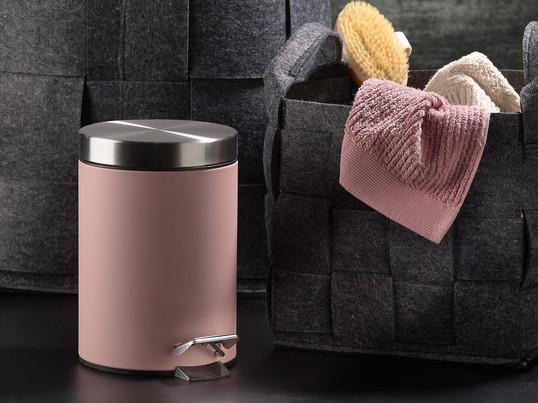 Pour ouvrir la discrète poubelle à pédale de Zone Denmark, fabriquée en acier inoxydable en rose, il suffit d'activer la pédale avec le pied.