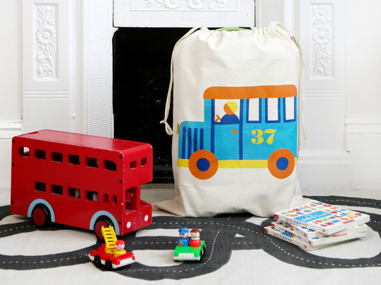 Le sac de rangement de jouets par byGraziela avec ses jolis motifs apporte une touche de couleur pour la chambre d'enfant et fait en plus régner l'ordre.