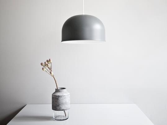 Le vase Willmann par Menu - image d'ambiance. Le vase est minimaliste mais ne manque pourtant pas d'attirer le regard dans chaque pièce.