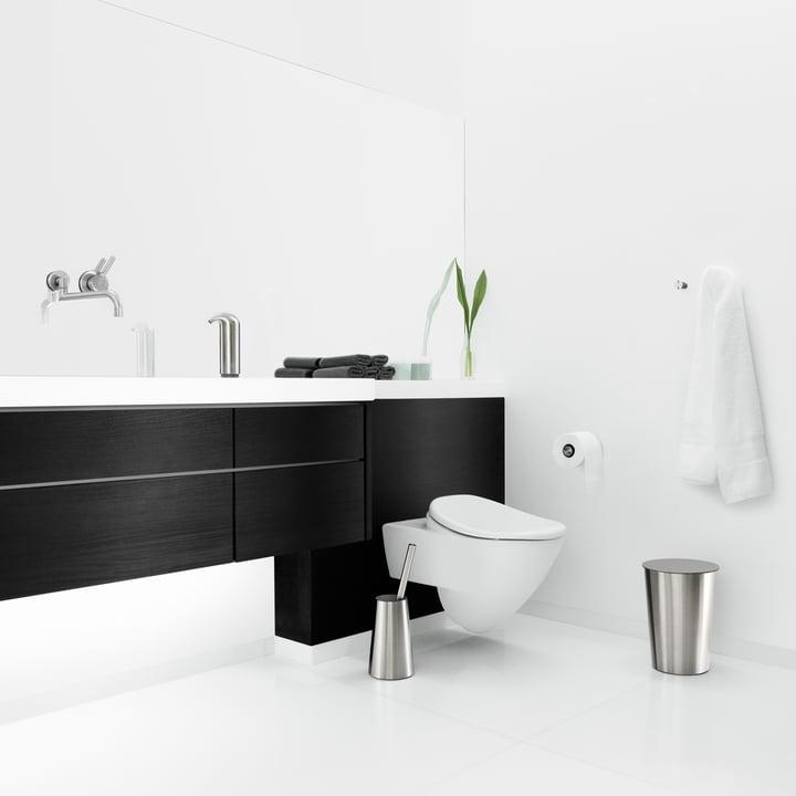 Élégante salle de bains avec le brosse WC, la poubelle, distributeur de savon, de Eva Solo
