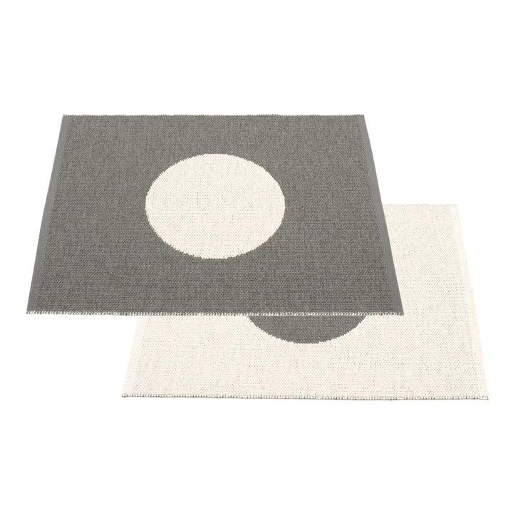 Vera Tapis réversible Small One 70 x 90 cm de Pappelina dans Charcoal / Vanilla