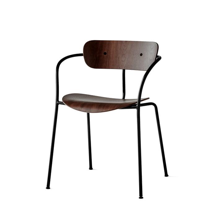 La chaise avec accoudoirs Pavilion par & Tradition avec un cadre noir / noyer laqué